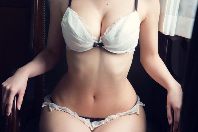 処女感たっぷりの白下着エロ画像