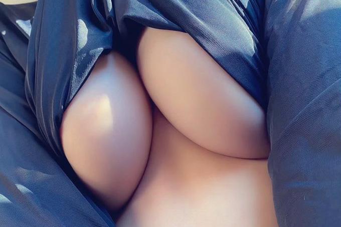 ハミ出た下乳に興奮するエロ画像
