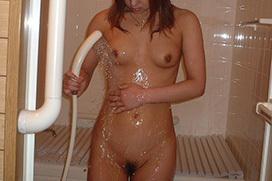 シャワーを浴びている女の子の色っぽい全裸…水が滴るセクシーなヌードエロ画像