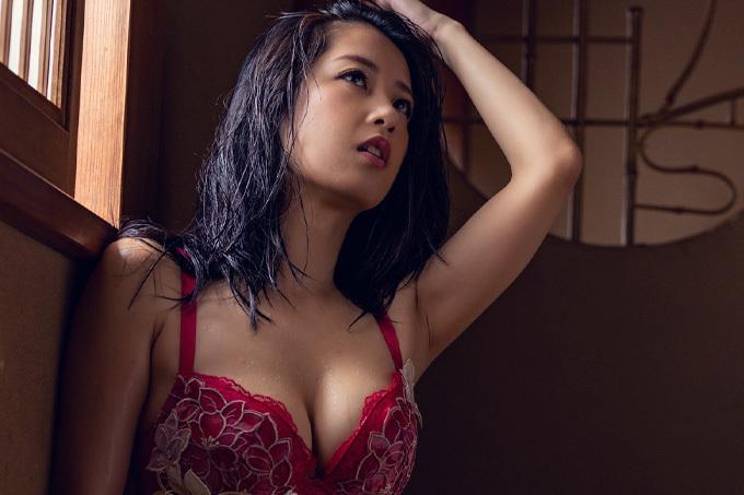 鈴木さとみ 柔らかく女性らしい曲線美を大胆披露。