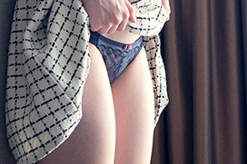 スカート捲ってパンツを見せて誘惑…パンチラ画像100枚