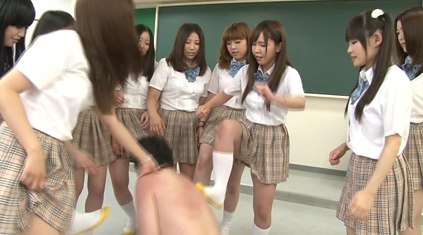 クラスの女子たちにイジメられてる男子
