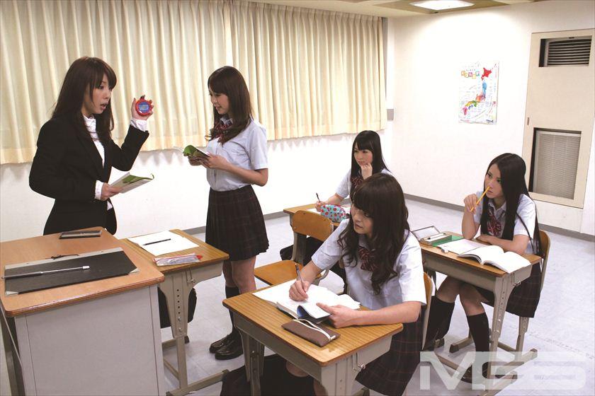女教師と女子生徒たち