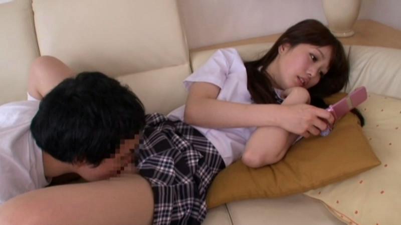 ケータイに夢中でマンコ舐められてることに気づかない妹