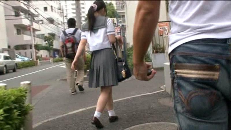 バスを降りた女子校生の後をつけるチカン師