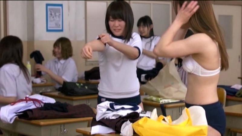 体育の授業が終わって着替えてる女子