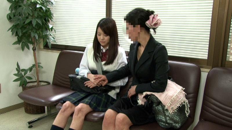 母親と産婦人科に来た女子校生