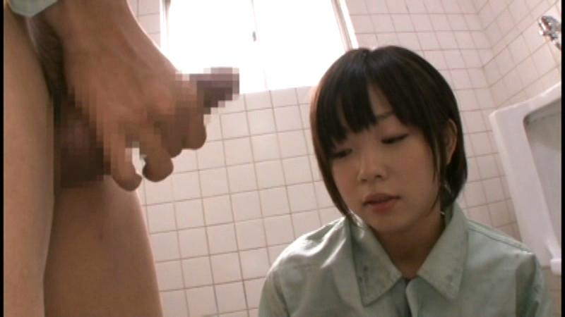 男子トイレでチンポを目の前に差し出された女子