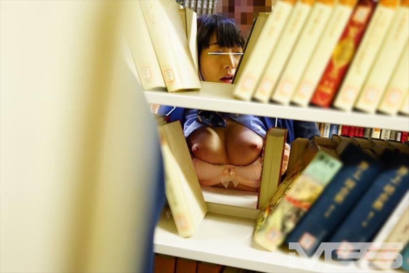 本棚から覗くオッパイ