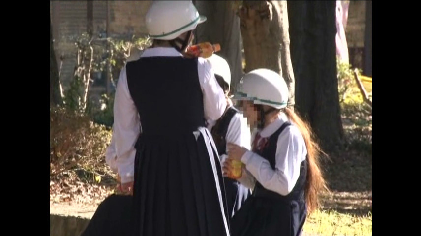 ヘルメット被ってるジャンパースカートの女子生徒たち