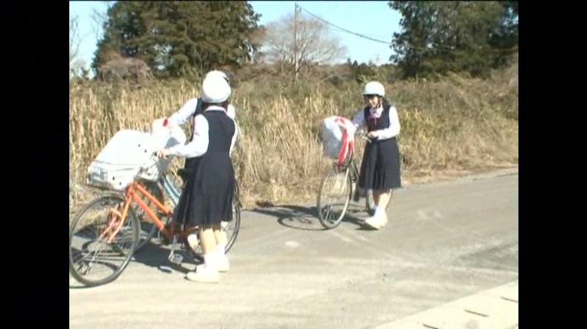 自転車で下校中の女子生徒たち
