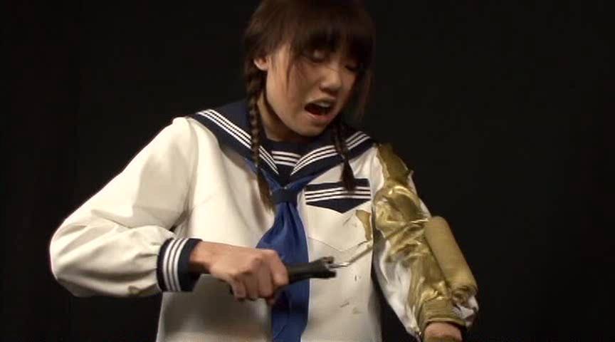 セーラー服に金粉を塗りつけてる女子校生