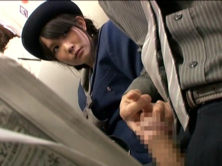 電車の座席で隣の女子生徒にチンポを触らせる男