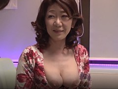 小田原信子 五十路のピンサロ嬢が胸元全開で極上のフェラ奉仕