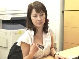 【清原美沙子】年下の若い部下に色目を使って中出しSEXをする熟女部長
