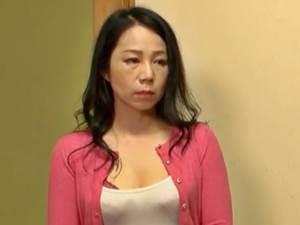 【二ノ宮慶子】娘の彼氏に膣内射精をさせるお色気お母さん