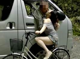 【ヘンリー塚本】浮気相手の元へ自転車で駆けつける淫乱主婦