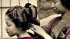 散髪屋で客の髪を結う髪結いの女