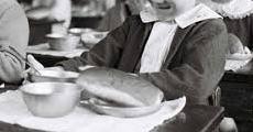 昭和30年代の給食のコッペパン