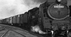 暁闇走行する蒸気機関車