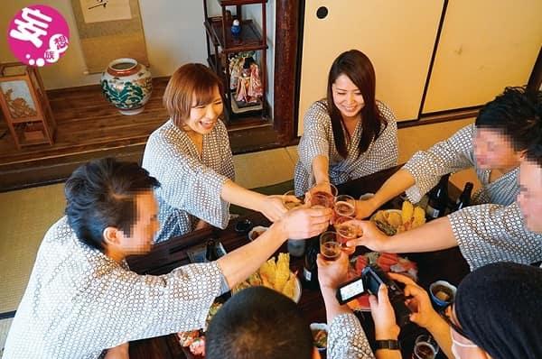 【NTR動画】社員旅行に行った人妻社員さんが宴会で泥酔し男性社員達にハメ撮りされながら中出し種付けされ寝取られ快楽堕ち