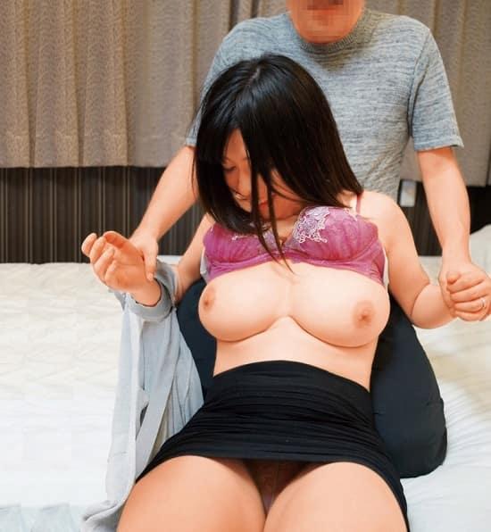 【人妻ナンパ】その辺にいるごく普通の人妻を脱がせたらアラびっくり!隠れ巨乳だったので揉みまくって寝取ってやった。