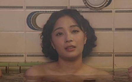広瀬すずがおっぱい見えてる「エアガール」の入浴シーン