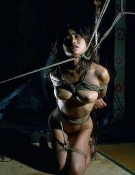 エロさの中にほんの少しの芸術性を感じてしまう昭和ロマンな緊縛画像16
