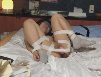 テープで手足を拘束され、バイブをマンコに固定され、放置調教される人妻