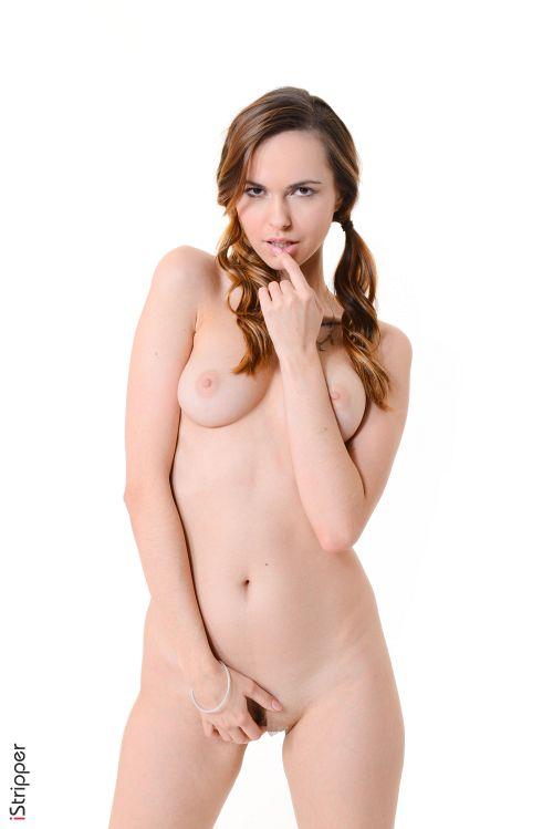 ショーパンから伸びる長くてキレイな脚に見惚れるwウクライナのスレンダー美巨乳美女、セクシーヌード&ポールエロダンスww # 外人エロ画像
