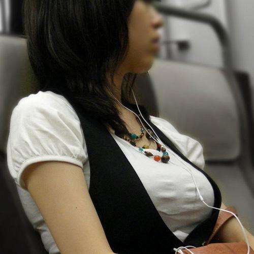 電車に乗るのも楽しくなっちゃう車内で発見した着衣巨乳の素人娘たち