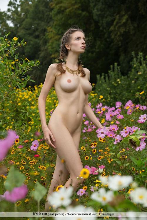 女神級の素晴らしいヌードを持っているマリポサ、胸はもちろんナチュラル、天性のものだ。