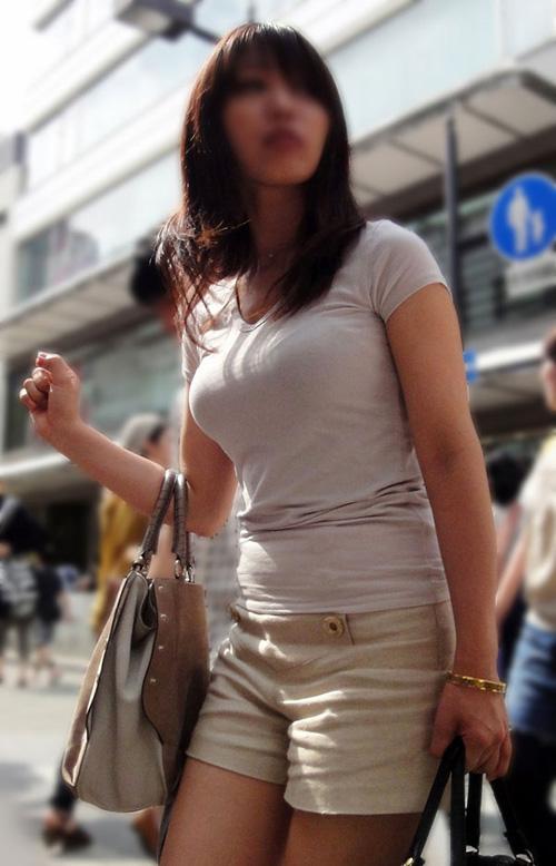 【悲報】ワイ、街中を歩く女のおっぱいに目が行ってしまう(画像あり)