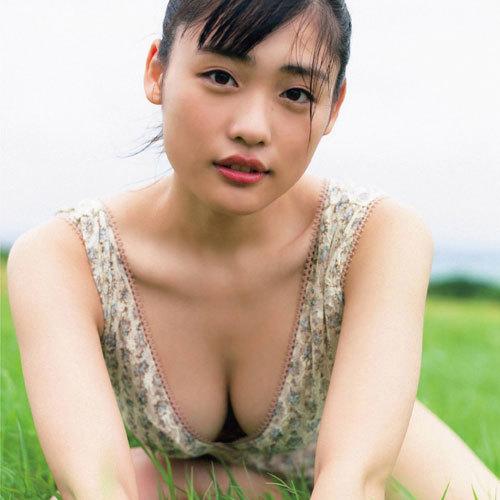 石田桃香 浪速のピーチ姫が1st写真集「MOMOKA」で魅せたおっぱいの谷間