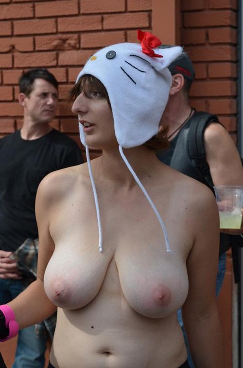 ふだんから裸で外出しているヌーディスト女子の白くてふわふわなおっぱい画像56枚!
