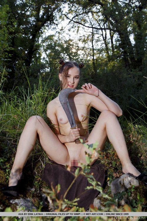 ウクライナの森で、鉈持ったアブナイ全裸の激カワ美少女が発見されるwwムチ尻見せつけて誘ってるようなんだがwwww # 外人エロ画像