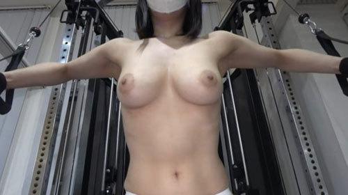 【画像あり】おっぱい丸出しで筋トレする日本人女性、現るwwww