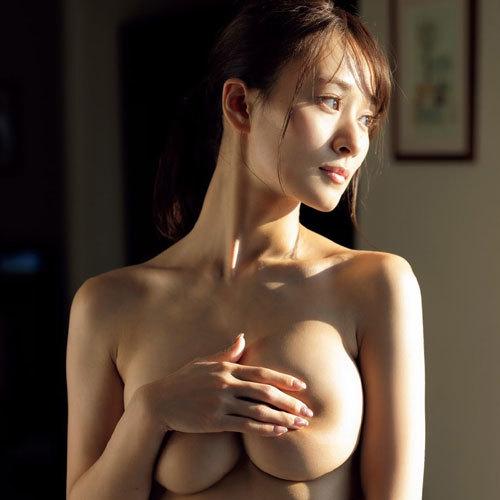 手ブラでおっぱいを隠されるとどんな乳首や乳輪してるか余計に気になる