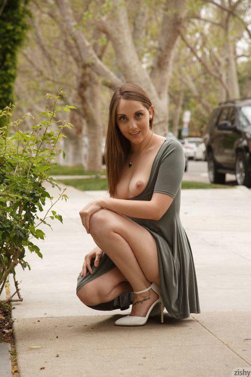 美乳とTバックのデカ尻、はみマン毛まで楽しそうに露出するオカルト好きなお姉さんwムチムチの太腿がエロいんだがww # 外人エロ画像