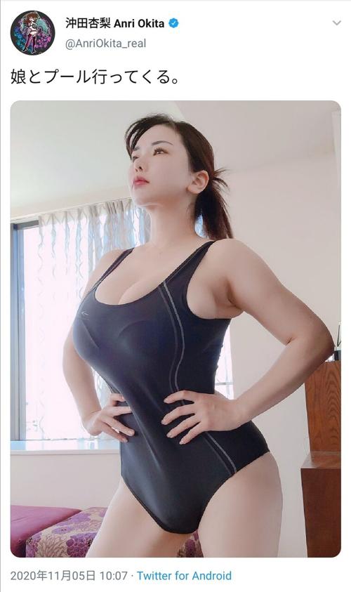 【画像】巨乳ママさん「娘とプール行ってくる」パシャッ