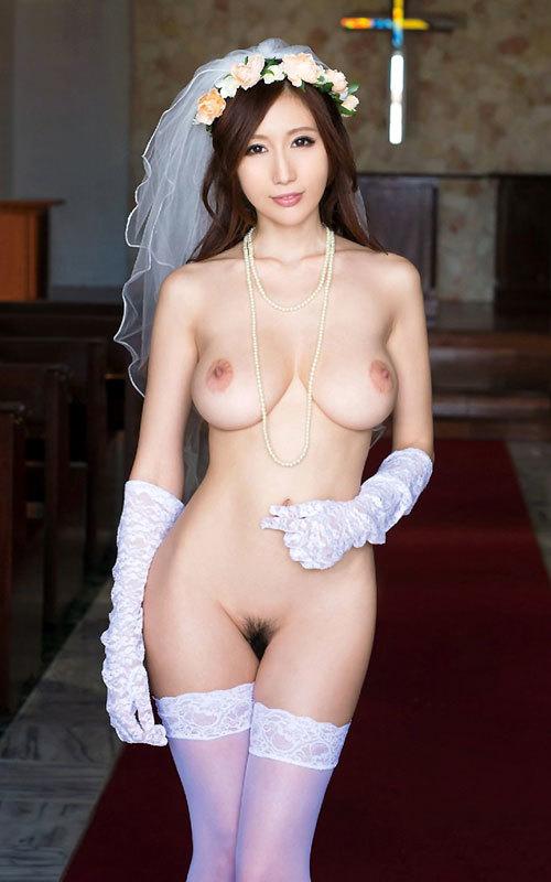 花嫁がウェディングドレス姿でおっぱい丸出し1