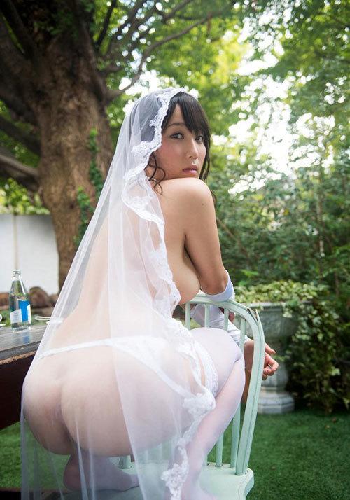 花嫁がウェディングドレス姿でおっぱい丸出し4