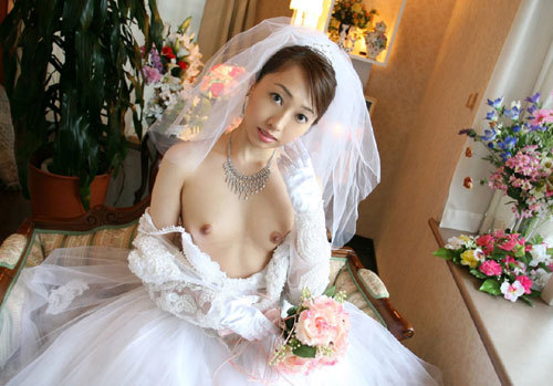 花嫁がウェディングドレス姿でおっぱい丸出し5