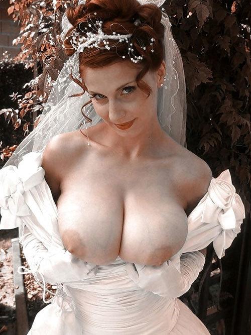 花嫁がウェディングドレス姿でおっぱい丸出し24