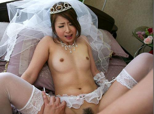 花嫁がウェディングドレス姿でおっぱい丸出し25
