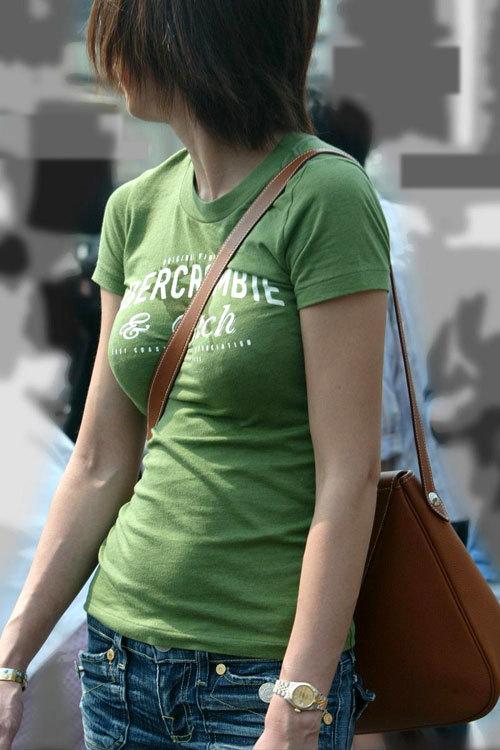 バッグの斜め掛けでおっぱいを強調した女の子7