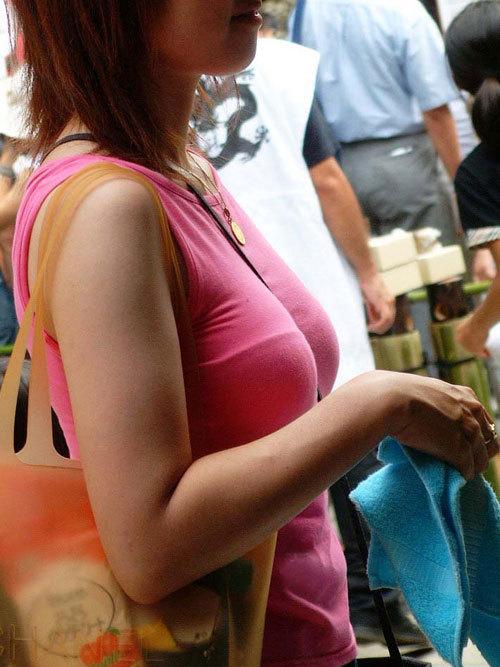 バッグの斜め掛けでおっぱいを強調した女の子18