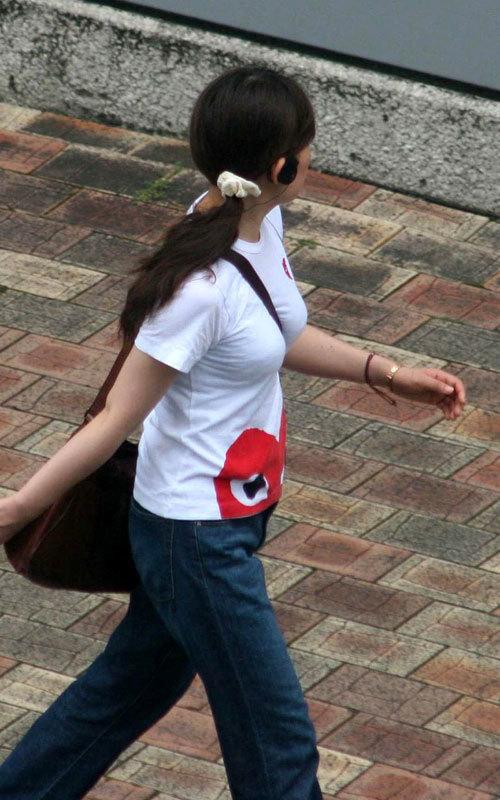 バッグの斜め掛けでおっぱいを強調した女の子23