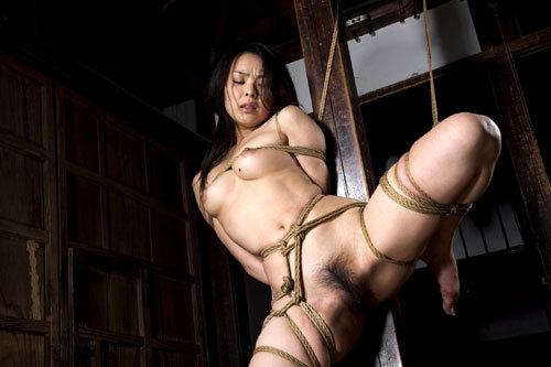 緊縛調教でおっぱいに縄が食い込んでるドM嬢20