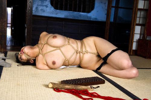 緊縛調教でおっぱいに縄が食い込んでるドM嬢25